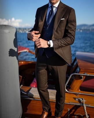 Cómo combinar un traje en marrón oscuro: Intenta combinar un traje en marrón oscuro con un chaleco de vestir azul marino para rebosar clase y sofisticación. ¿Quieres elegir un zapato informal? Elige un par de zapatos oxford de cuero marrónes para el día.