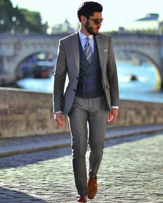 Cómo combinar: traje gris, chaleco de vestir azul marino, camisa de vestir celeste, zapatos con doble hebilla de cuero en tabaco