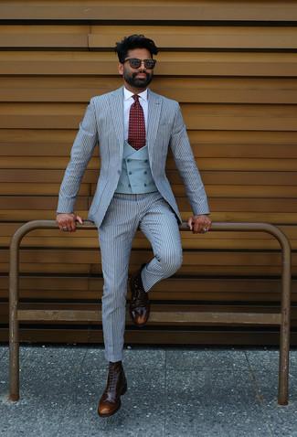Cómo combinar: traje de rayas verticales celeste, chaleco de vestir celeste, camisa de vestir blanca, botas brogue de cuero en marrón oscuro
