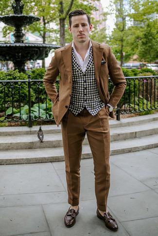 Outfits hombres en clima cálido: Intenta ponerse un traje marrón y un chaleco de vestir de cuadro vichy en negro y blanco para rebosar clase y sofisticación. Mocasín con borlas de cuero en marrón oscuro añadirán un nuevo toque a un estilo que de lo contrario es clásico.