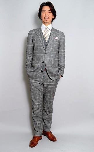 Cómo combinar una corbata de rayas horizontales gris: Ponte un traje a cuadros gris y una corbata de rayas horizontales gris para un perfil clásico y refinado. Para el calzado ve por el camino informal con zapatos con hebilla de cuero en tabaco.