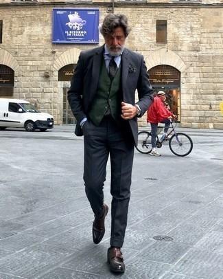 Cómo combinar un pañuelo de bolsillo estampado verde oscuro: Un traje en gris oscuro y un pañuelo de bolsillo estampado verde oscuro son prendas que debes tener en tu armario. Zapatos con doble hebilla de cuero en marrón oscuro proporcionarán una estética clásica al conjunto.