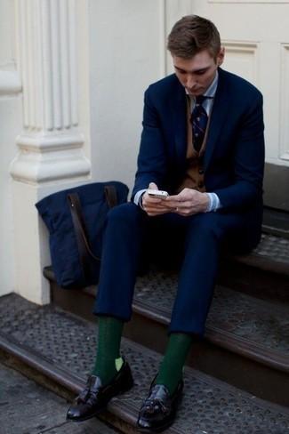 Cómo combinar un chaleco de vestir marrón: Considera ponerse un chaleco de vestir marrón y un traje azul marino para un perfil clásico y refinado. ¿Quieres elegir un zapato informal? Opta por un par de mocasín de cuero morado oscuro para el día.