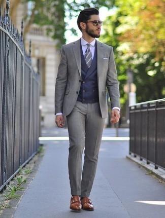 Cómo combinar una corbata de rayas horizontales gris: Haz de un traje gris y una corbata de rayas horizontales gris tu atuendo para un perfil clásico y refinado. Si no quieres vestir totalmente formal, opta por un par de zapatos con doble hebilla de cuero marrónes.