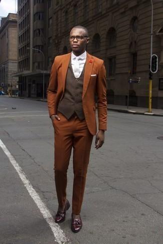 Cómo combinar un chaleco de vestir en marrón oscuro estilo elegante: Utiliza un chaleco de vestir en marrón oscuro y un traje en tabaco para un perfil clásico y refinado. Si no quieres vestir totalmente formal, completa tu atuendo con mocasín con borlas de cuero burdeos.