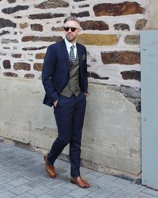 Cómo combinar un pañuelo de bolsillo verde oscuro: Utiliza un traje azul marino y un pañuelo de bolsillo verde oscuro para cualquier sorpresa que haya en el día. Con el calzado, sé más clásico y complementa tu atuendo con mocasín con borlas de cuero marrón.