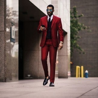 Cómo combinar una corbata negra: Elige un traje rojo y una corbata negra para un perfil clásico y refinado. Si no quieres vestir totalmente formal, opta por un par de mocasín de cuero negro.