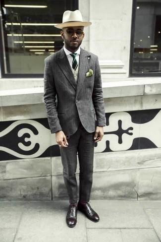 Cómo combinar un chaleco de vestir en beige: Luce lo mejor que puedas en un chaleco de vestir en beige y un traje de rayas verticales gris. Haz este look más informal con zapatos oxford de cuero burdeos.