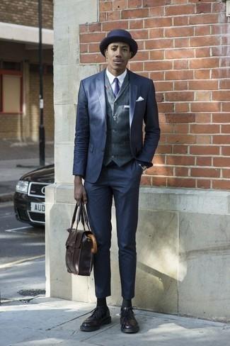 Cómo combinar un portafolio de cuero en marrón oscuro: Casa un traje azul marino junto a un portafolio de cuero en marrón oscuro para lidiar sin esfuerzo con lo que sea que te traiga el día. Con el calzado, sé más clásico y elige un par de zapatos brogue de cuero morado oscuro.