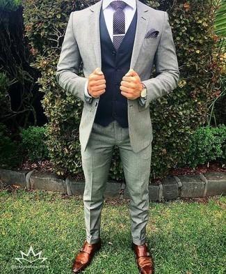Cómo combinar una corbata a lunares en azul marino y blanco: Casa un traje gris con una corbata a lunares en azul marino y blanco para un perfil clásico y refinado. ¿Quieres elegir un zapato informal? Elige un par de zapatos con doble hebilla de cuero marrónes para el día.