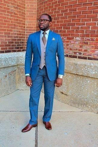 Cómo combinar un chaleco de vestir en beige: Elige un chaleco de vestir en beige y un traje azul para una apariencia clásica y elegante. Haz este look más informal con zapatos con doble hebilla de cuero en tabaco.