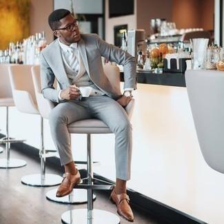 Moda para hombres de 30 años: Luce lo mejor que puedas en un traje gris y un chaleco de vestir de tartán gris. Zapatos con hebilla de cuero marrón claro contrastarán muy bien con el resto del conjunto.