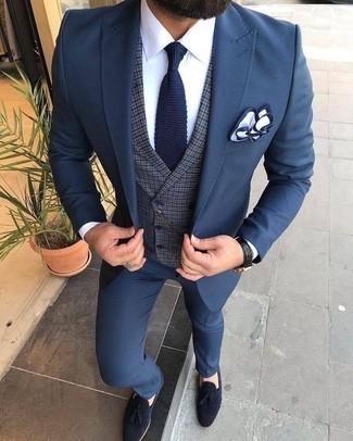 Cómo combinar un pañuelo de bolsillo en blanco y azul marino: Para crear una apariencia para un almuerzo con amigos en el fin de semana elige un traje azul y un pañuelo de bolsillo en blanco y azul marino. Dale un toque de elegancia a tu atuendo con un par de mocasín con borlas de ante azul marino.