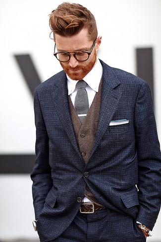 Cómo combinar: traje azul marino, chaleco de vestir marrón, camisa de vestir blanca, corbata de punto en negro y blanco