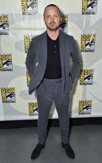 Cómo combinar: traje de algodón en gris oscuro, camisa polo negra, zapatos oxford de ante negros