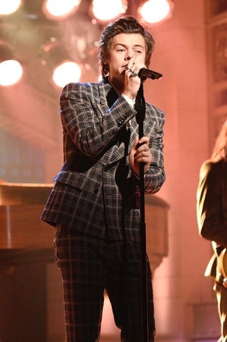 Look de Harry Styles: Traje de lana de tartán en gris oscuro, Camisa de vestir blanca