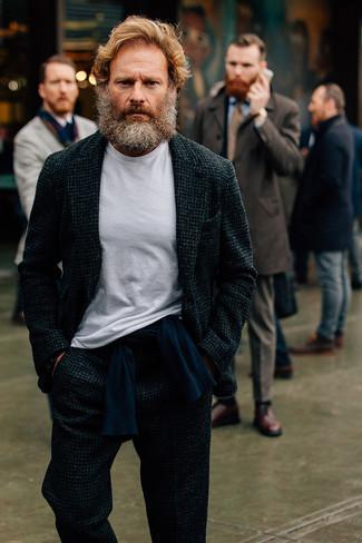 Cómo combinar: traje de lana en gris oscuro, jersey con cuello circular azul marino, camiseta con cuello circular blanca