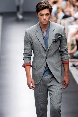 Cómo combinar: traje de lana gris, camiseta henley azul marino, pañuelo de bolsillo de tartán en gris oscuro