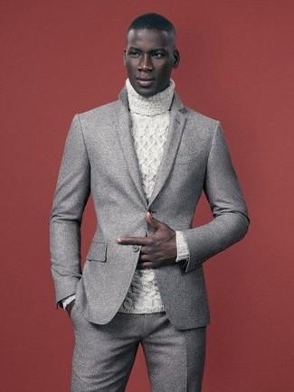 Cómo combinar: traje de lana gris, jersey de cuello alto de punto blanco