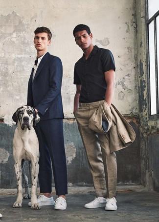 Cómo combinar: traje de lino en beige, camisa de manga corta negra, tenis de cuero blancos