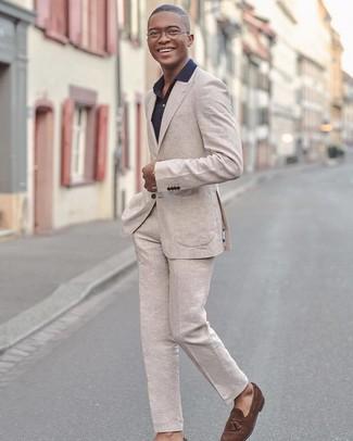 Cómo combinar: traje de lino en beige, camisa de vestir negra, mocasín con borlas de ante marrón