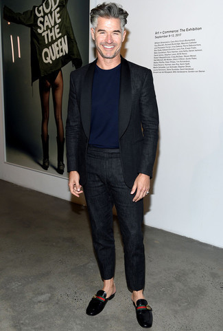 Cómo combinar un mocasín: Si buscas un look en tendencia pero clásico, casa un traje de lino negro con una camiseta con cuello circular azul marino. Con el calzado, sé más clásico y elige un par de mocasín.