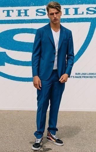 Cómo combinar un traje de rayas verticales azul: Ponte un traje de rayas verticales azul y una camiseta con cuello circular blanca para un lindo look para el trabajo. ¿Por qué no añadir zapatillas altas de lona estampadas negras a la combinación para dar una sensación más relajada?