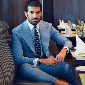 Cómo combinar: traje de rayas verticales celeste, camisa de vestir blanca, corbata estampada azul marino
