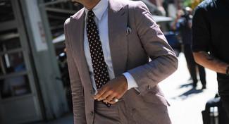 Cómo combinar: traje de rayas verticales marrón, camisa de vestir blanca, corbata a lunares negra