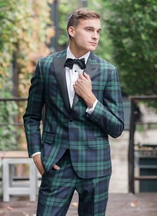 Cómo combinar un corbatín negro: Empareja un traje de tartán en azul marino y verde junto a un corbatín negro para un look diario sin parecer demasiado arreglada.