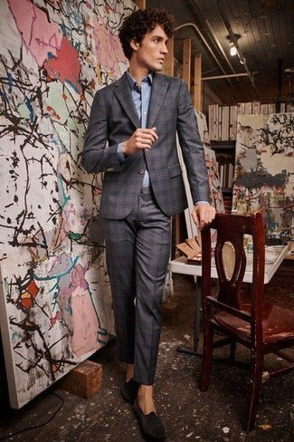 Cómo combinar unos zapatos de vestir: Utiliza un traje de tartán en gris oscuro y una camisa de vestir celeste para un perfil clásico y refinado. Con el calzado, sé más clásico y elige un par de zapatos de vestir.