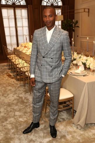 Cómo combinar: traje de tartán gris, camisa de vestir blanca, zapatos oxford de cuero con tachuelas negros