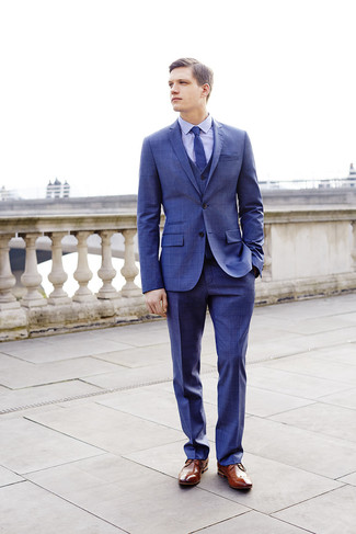 Cómo combinar: traje de tres piezas a cuadros azul, camisa de vestir a cuadros celeste, zapatos brogue de cuero marrónes, corbata azul
