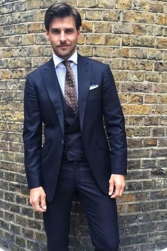 Cómo combinar: traje de tres piezas azul marino, camisa de vestir blanca, corbata a lunares en marrón oscuro, pañuelo de bolsillo blanco