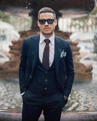 Look de moda: Traje de tres piezas de rayas verticales azul marino, Camisa de vestir de rayas verticales blanca, Corbata en marrón oscuro, Pañuelo de bolsillo de rayas horizontales blanco