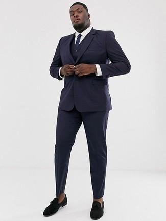 Cómo combinar un traje de tres piezas azul marino: Emparejar un traje de tres piezas azul marino junto a una camisa de vestir blanca es una opción incomparable para una apariencia clásica y refinada. Si no quieres vestir totalmente formal, elige un par de mocasín de terciopelo negro.