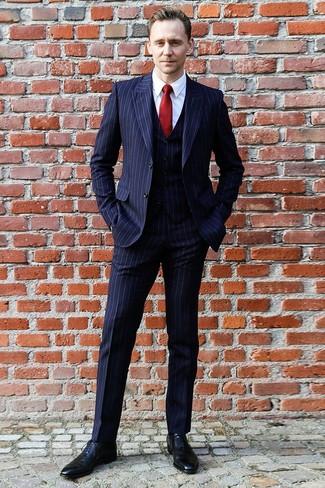 Cómo combinar: traje de tres piezas de rayas verticales azul marino, camisa de vestir blanca, zapatos oxford de cuero negros, corbata de seda roja