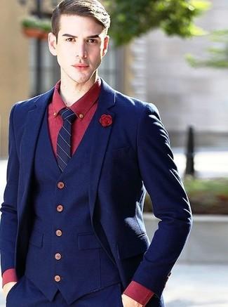 Cómo combinar: traje de tres piezas azul marino, camisa de vestir roja, corbata de rayas verticales azul marino, broche de solapa rojo