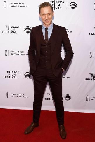 Cómo combinar: traje de tres piezas burdeos, camisa de vestir celeste, zapatos oxford de cuero marrónes, corbata estampada burdeos