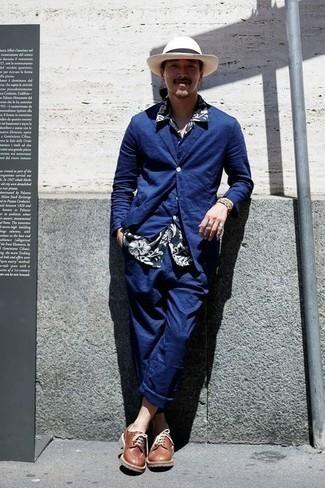 Outfits hombres: Usa un traje de tres piezas azul y una camisa de manga corta con print de flores en azul marino y blanco para rebosar clase y sofisticación. Zapatos derby de cuero marrónes dan un toque chic al instante incluso al look más informal.