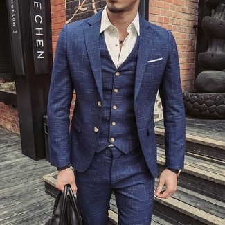 Cómo combinar: traje de tres piezas azul marino, camisa de manga larga blanca, bolsa de viaje de cuero negra, pañuelo de bolsillo blanco