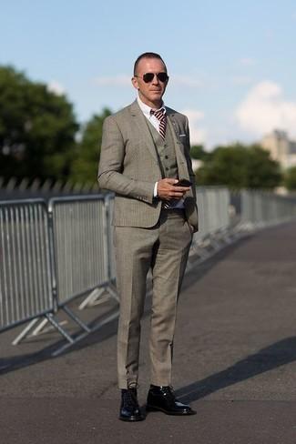Outfits hombres: Elige un traje de tres piezas de tartán gris y una camisa de vestir blanca para un perfil clásico y refinado. Si no quieres vestir totalmente formal, elige un par de botas casual de cuero negras.