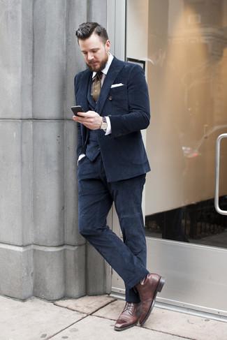 Cómo combinar una camisa de vestir de rayas verticales en blanco y marrón: Haz de una camisa de vestir de rayas verticales en blanco y marrón y un traje de tres piezas azul marino tu atuendo para rebosar clase y sofisticación. Complementa tu atuendo con botas formales de cuero en marrón oscuro.