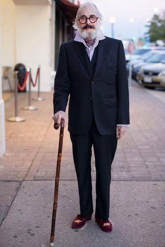 Moda para hombres de 60 años: Casa un traje de tres piezas azul marino junto a una camisa de vestir de rayas verticales en blanco y rojo para una apariencia clásica y elegante. Mezcle diferentes estilos con mocasín de terciopelo morado.