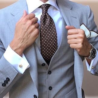 Cómo combinar: traje de tres piezas gris, camisa de vestir blanca, corbata a lunares en marrón oscuro, pañuelo de bolsillo blanco