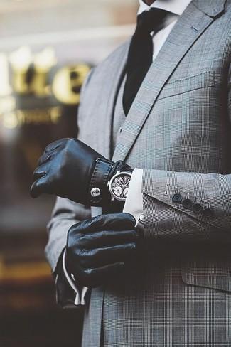 Cómo combinar: traje de tres piezas de tartán gris, camisa de vestir blanca, corbata negra, guantes de cuero negros