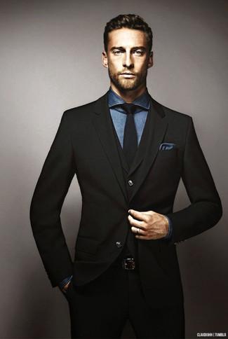 a1e0b483dcae7 Cómo combinar un traje negro con una camisa de vestir en azul marino ...