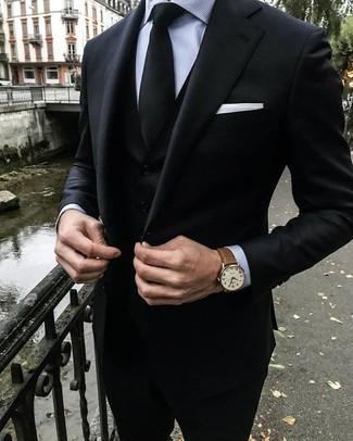 Cómo combinar: traje de tres piezas negro, camisa de vestir de rayas verticales gris, corbata negra, pañuelo de bolsillo blanco