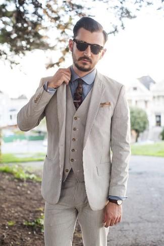 Cómo combinar: traje de tres piezas de seersucker en beige, camisa de vestir de cambray azul, corbata con print de flores en multicolor, pañuelo de bolsillo en beige