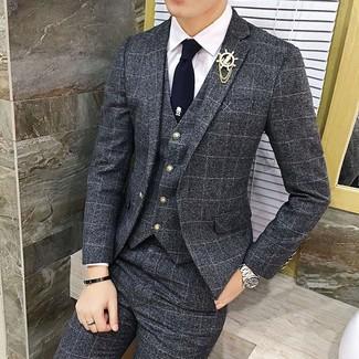 Cómo combinar: traje de tres piezas a cuadros en gris oscuro, camisa de vestir blanca, corbata azul marino, broche de solapa dorado